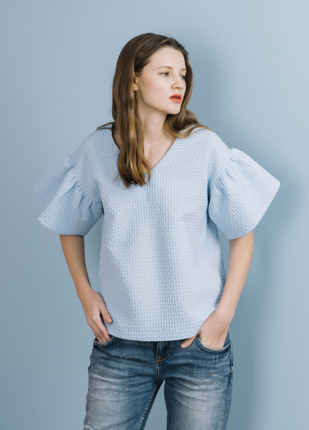 [THE SUIN 봄신상 20%]TEXTURED FRILL SLEEVE TOP ( SKY BLUE )