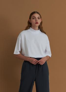 [URAGO/5%] 아모레 하프넥 티셔츠