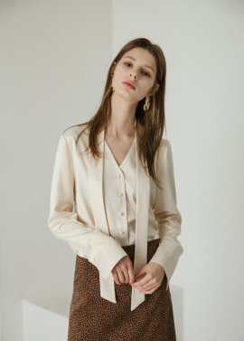 [5%할인/MOONEED] SILKY V-NECK BLOUSE - CREAM