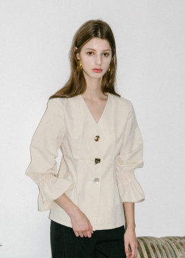[5%할인/MOONEED] BUTTON POINTED VOLUME BLOUSE - CREAM(2차리오더,10/2예약배송)